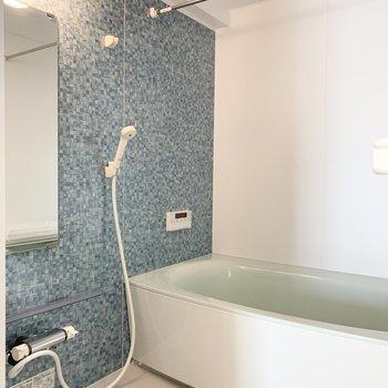 爽やかなカラーが素敵なお風呂ではゆったり足を伸ばして疲れを癒せそう◎ (※写真は6階の同間取り角部屋のものです)