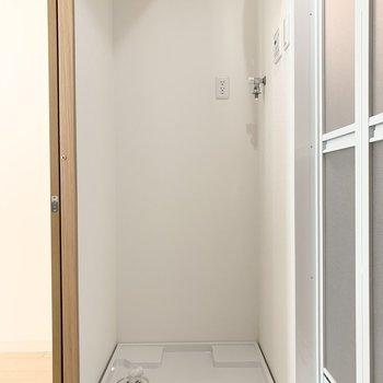 キッチンからのドアの脇には洗濯機置場。家事動線が良いですね。 (※写真は6階の同間取り角部屋のものです)