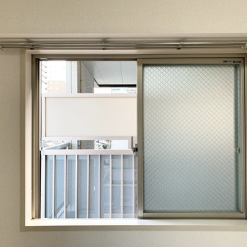 腰窓の向こうはお隣さまの共用階段。