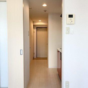 お隣のドアの向こうは廊下が伸びます。