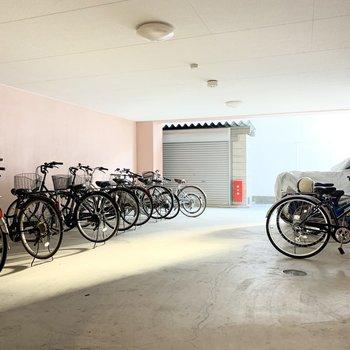 奥には広々自転車置場も。広いって大事です。