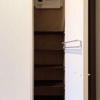 造付のシューズボックスは扉裏に傘など用のバーも付いてます。