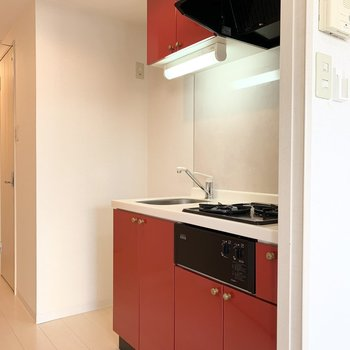 お部屋のすぐ傍にはキッチン。冷蔵庫置場もしっかりありますね◎