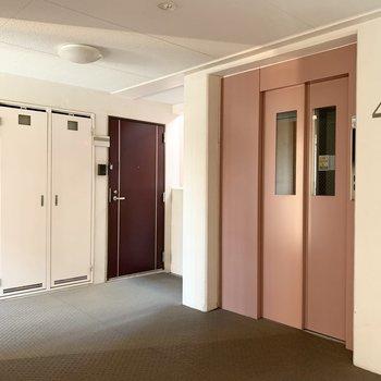 こちらの共用部はエレベーターを真ん中に、左右に2つずつお部屋が配置されています。