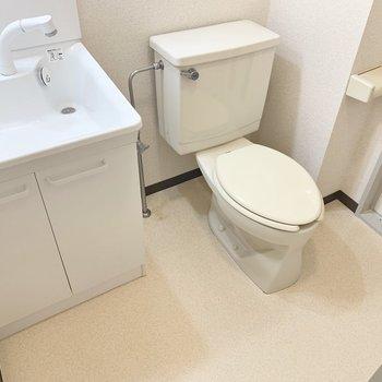 トイレは脱衣所にあります※写真は2階の同間取り別部屋のものです