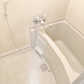 シンプルな浴室です。※写真は2階の同間取り別部屋のものです