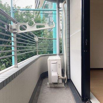 ベランダはコンパクト。※写真は2階の同間取り別部屋のものです