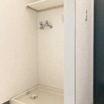 玄関横に洗濯機置場があります。※写真は2階の同間取り別部屋のものです