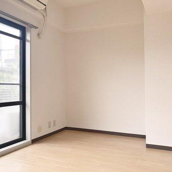 【洋室】日差しが燦々と差し込みます。※写真は2階の同間取り別部屋のものです