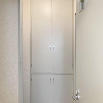 玄関横の収納です。※写真は2階の同間取り別部屋のものです