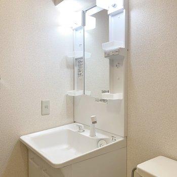 朝の準備に嬉しい独立洗面台。※写真は2階の同間取り別部屋のものです