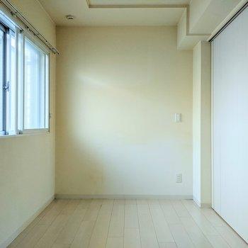 【洋室】約4.6帖の広さ。布団やベッドを置いて寝室にするといいですね。