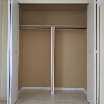 【洋室】大容量です◎右側は洋服、左側は旅行道具など分けるといいですね。