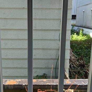 リビング窓からの景色。隣の家が見えます。格子があるので防犯性は高そうです。