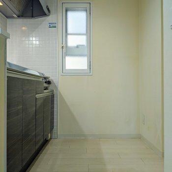 【リビング】キッチンには小窓があるので換気ができます。