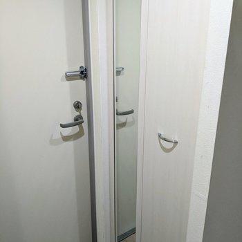 シューズボックスの扉には姿見付き。
