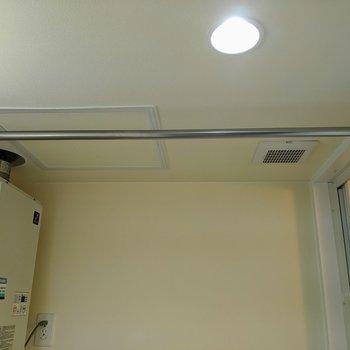 脱衣所天井に物干し竿がついています。