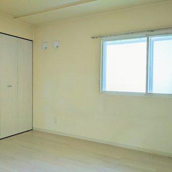 【洋室】窓は南東向きです。