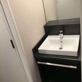 独立洗面台もあります。モノトーンでスタイリシュですね。