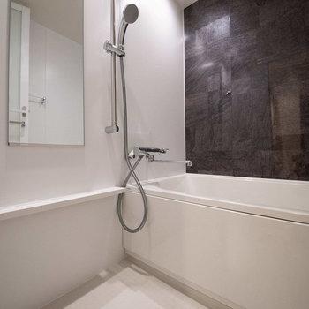 浴室です。ダークブラウンのパネルが大人な雰囲気を演出。