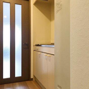 キッチンの周りには冷蔵庫が置けないんです... (※写真は11階の同間取り別部屋のものです)