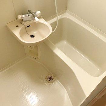 お風呂は2点ユニット。ここもサーモ水栓で温度調節簡単!(※写真は11階の同間取り別部屋のものです)