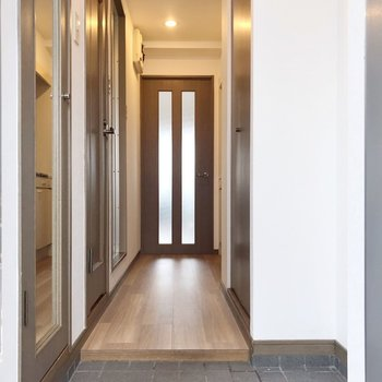 玄関から見た景色。シューズボックスの扉には鏡付き。(※写真は11階の同間取り別部屋のものです)