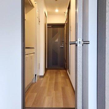 廊下との間は少し段差があります。(※写真は11階の同間取り別部屋のものです)