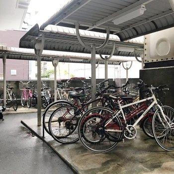 駐輪場は屋根付きで濡れません。