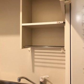 シンクの上にはこんな棚。下の棚は水切りとしても使えそう。(※写真は11階の同間取り別部屋のものです)