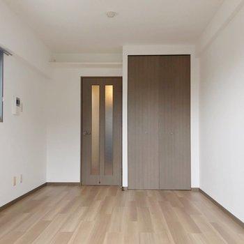 木目のフローリングがナチュラルな雰囲気。(※写真は11階の同間取り別部屋のものです)
