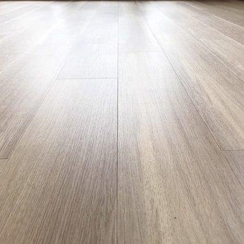 すべすべな床。木製の家具が合いそうだ!(※写真は11階の同間取り別部屋のものです)