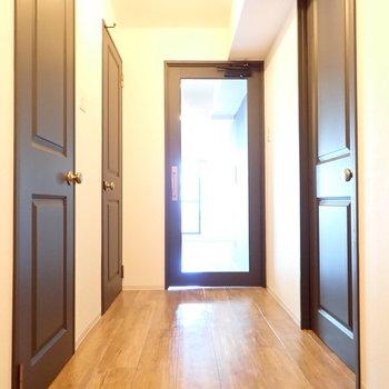 廊下にも惚れ惚れ…扉がかっこいい!