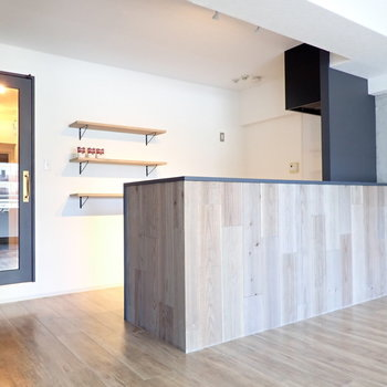 このキッチンがね…たまらないです!そして廊下への扉は透明で、なんだか美しい。