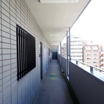 共用部】風のよく通る解放的な廊下です。