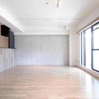 向こうの壁はコンクリートです!天井にはライティングレールも!