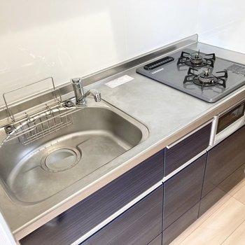 【DK】2口コンロと調理スペースがあります。
