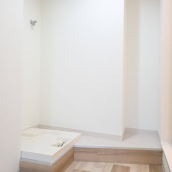 お風呂を出ると、洗濯機と、ちょこっとスペースがあります。