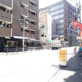 周辺環境】オフィスやマンションが入り混じっていて、お昼時はランチに出歩く人がちらほらいました!