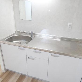 コンロはIHコンロを持ち込めます!鏡があるので、洗面台がわりとしても使えますね。