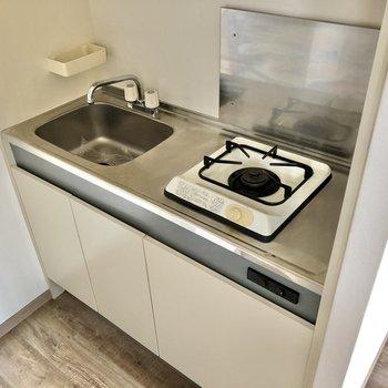 コンパクトキッチン。シンク上も使って手際よく調理してくださいね。