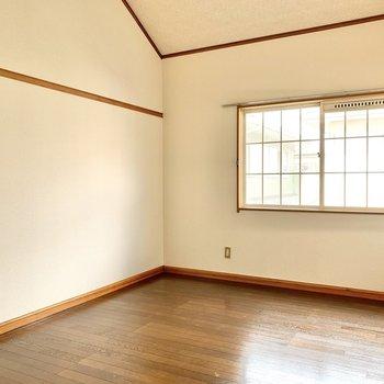 【洋室】広さは4人掛けソファがゆったり置けるくらい。