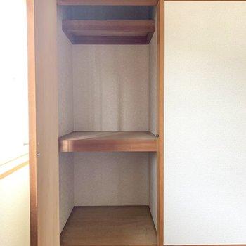 【洋室】棚があるので細かく分けた収納ができます。