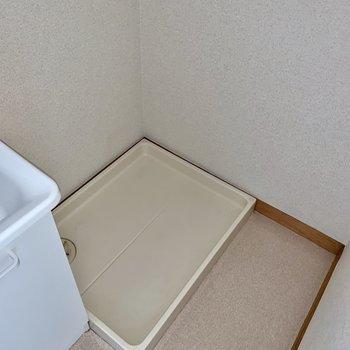 お隣には洗濯機置き場。上部に棚もありますよ。※写真はフラッシュを使用しています