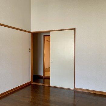 【洋室】お隣和室へ。