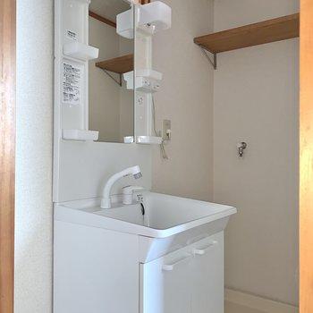 収納ポケット付き洗面台で朝の身支度もスムーズに。※写真はフラッシュを使用しています