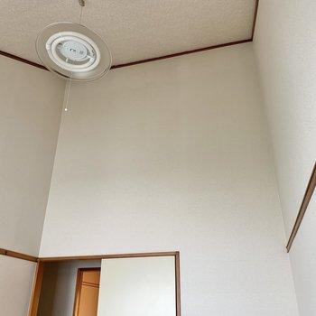【洋室】このお部屋だけ天井が高〜いんです。開放的ですよ。