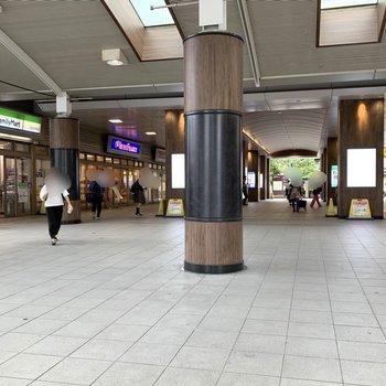 駅の中には飲食店やコンビニなどがズラッと。