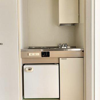 キッチンにはミニ冷蔵庫が付いています。