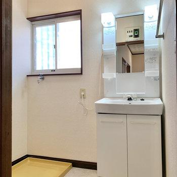 洗面台と洗濯機置き場は隣り合っています。